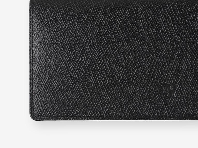 表は黒一色。内装は選べる4配色。