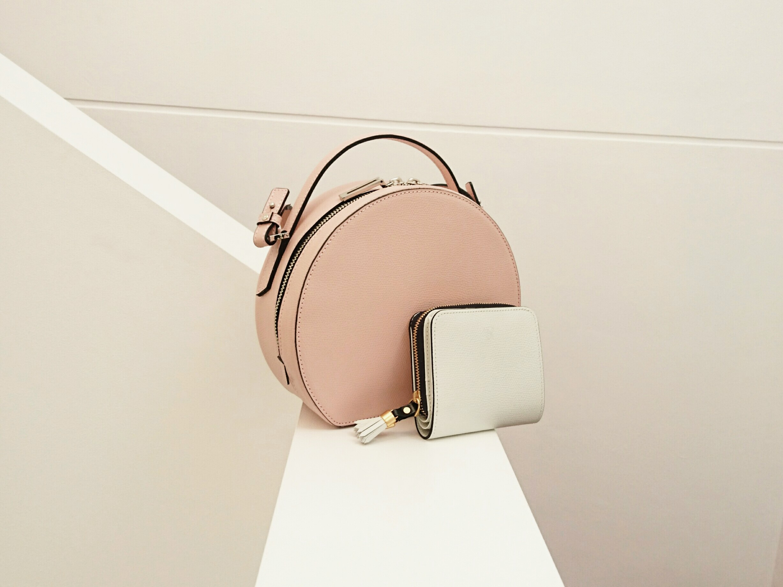 春カラーのバッグと財布の組み合わせ