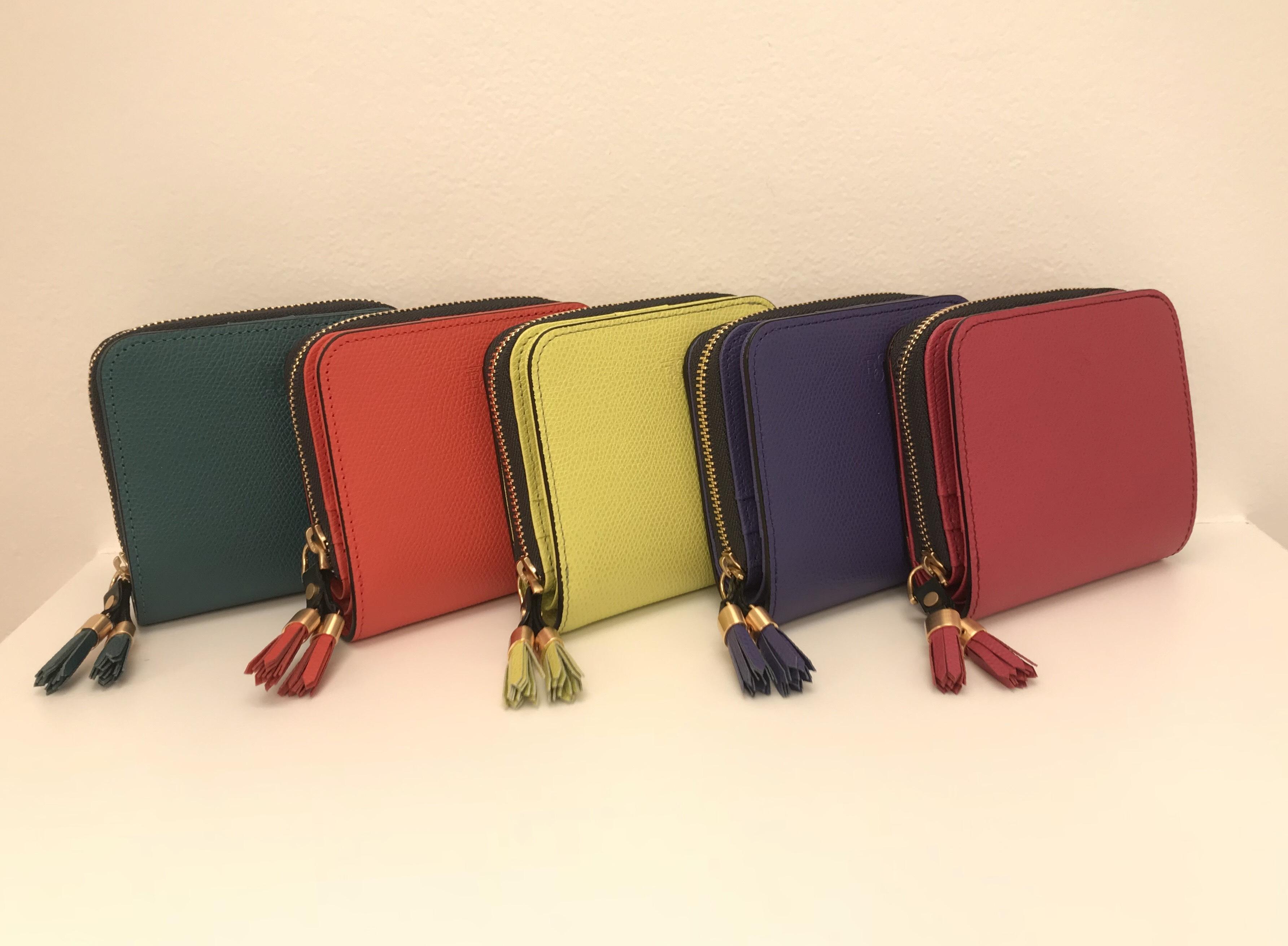 ビビッドカラーの折り財布
