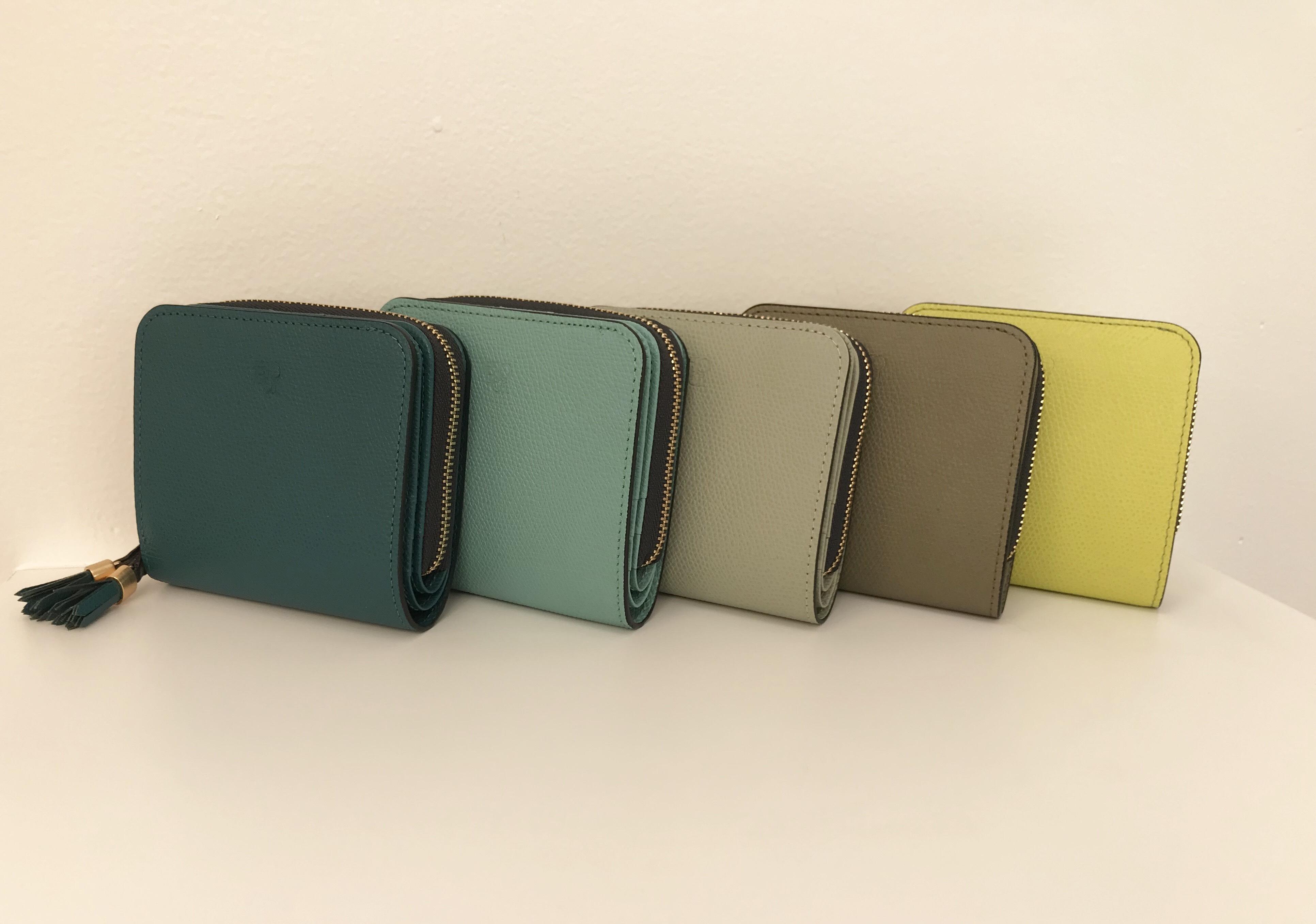 緑色の折財布