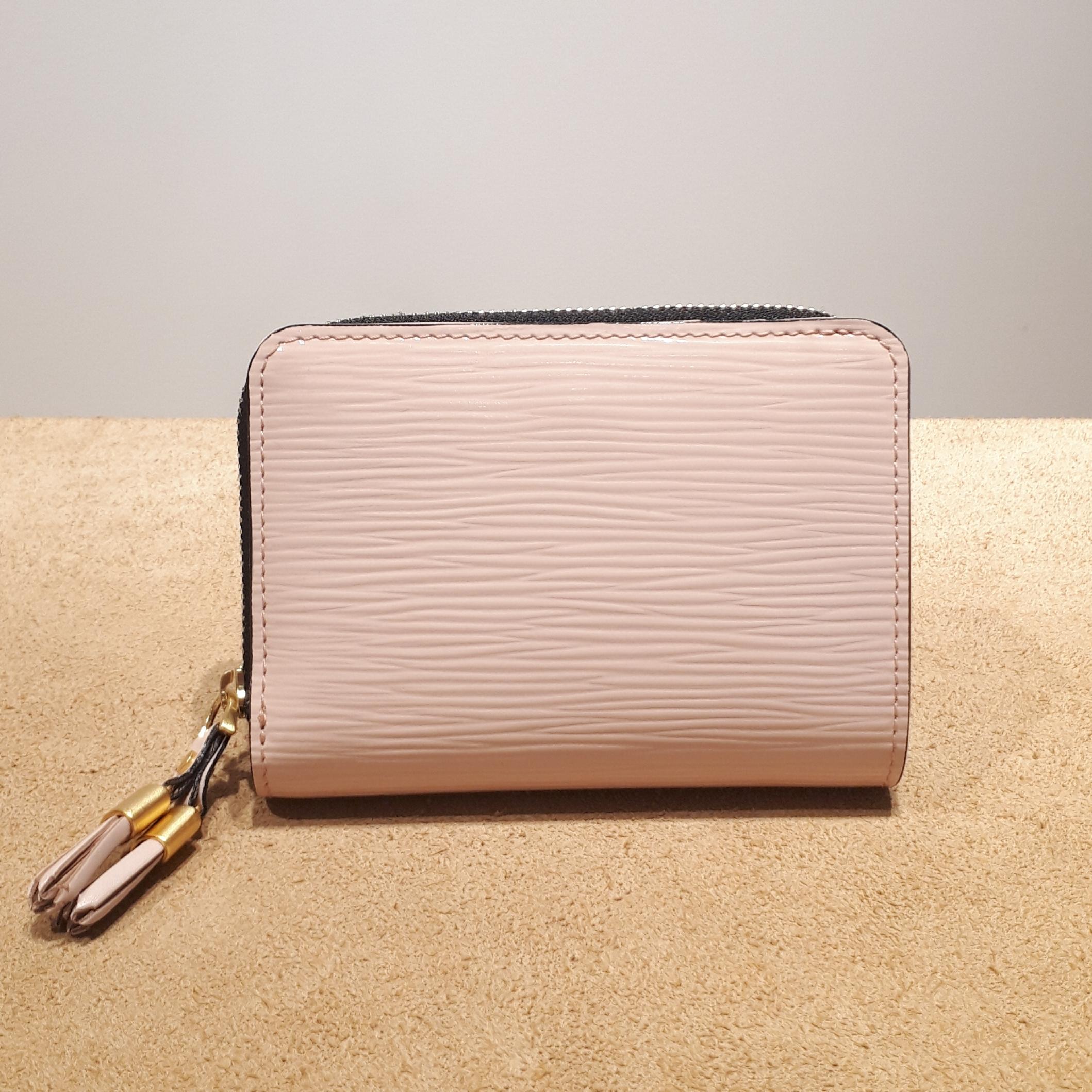 ファスナータイプの二つ折り財布