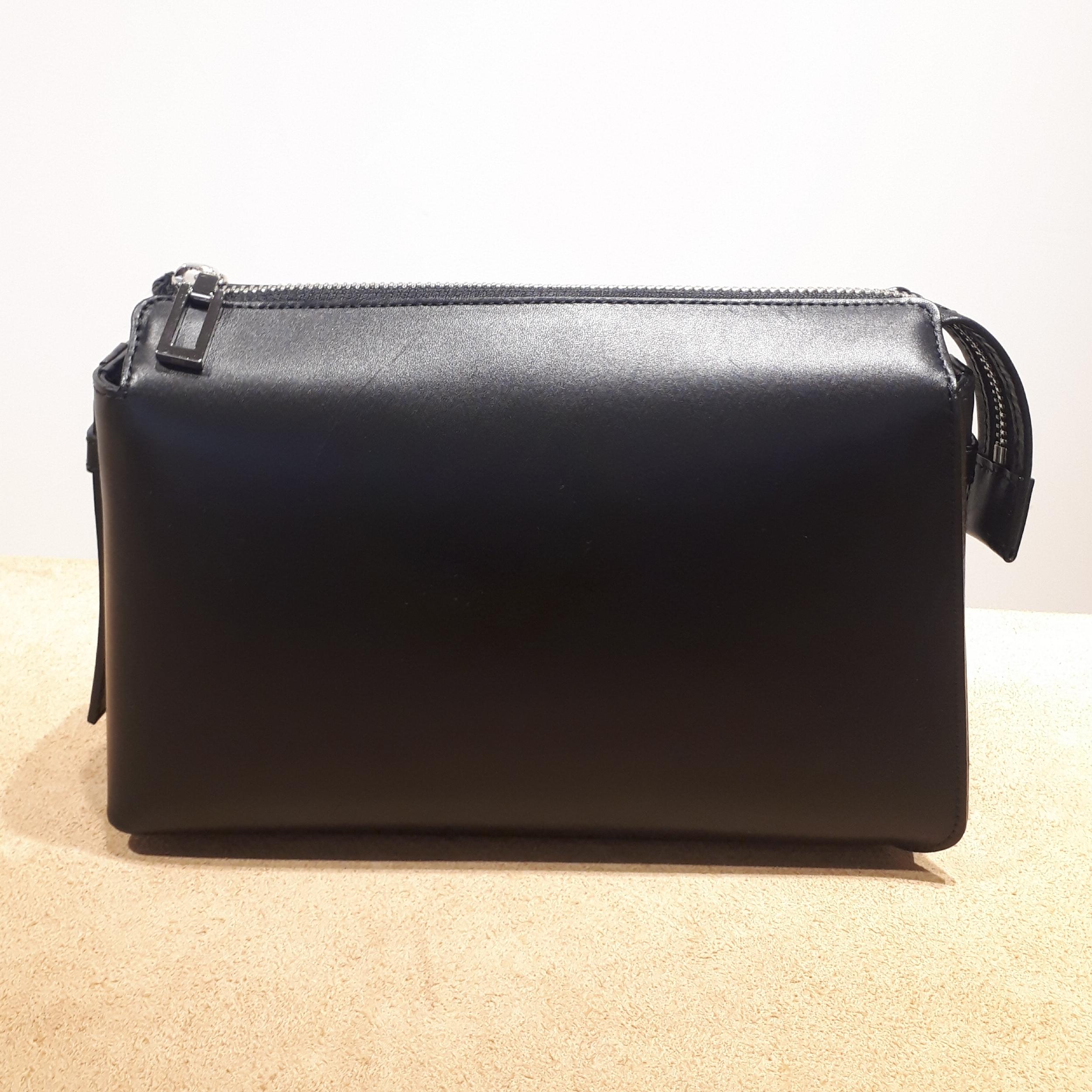 スムースレザーのミニショルダーバッグ