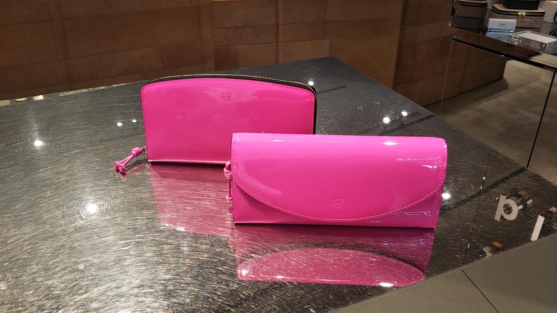 大人気ネオンピンクの長財布