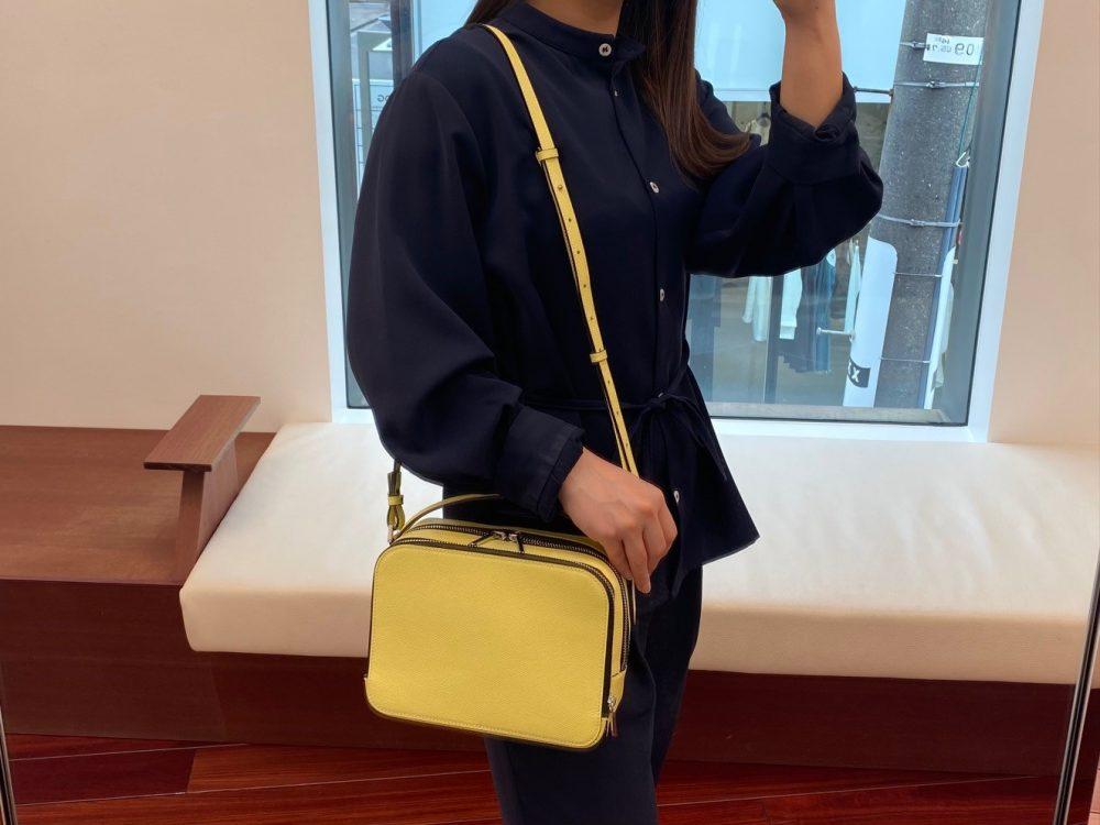 レモンイエローのバッグで春夏の装いにアクセントを